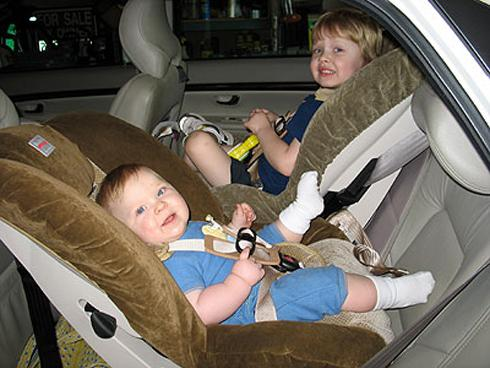 Vị trị an toàn cho trẻ khi ngồi trên xe ô tô (Ảnh minh họa)