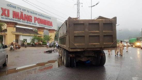 Chiếc xe tải chở vật liệu đang sang đường thì xảy ra va chạm