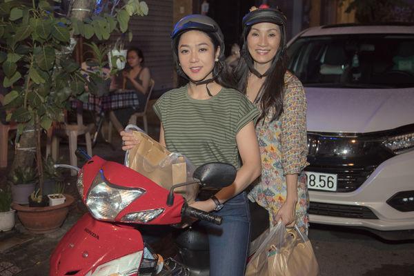 Nghệ sĩ Hồng Đào và ca sĩ Hà Thanh Xuân chạy xe máy giữa đêm đi phát quà cho người nghèo ở TP HCM. (Ảnh: NVCC)