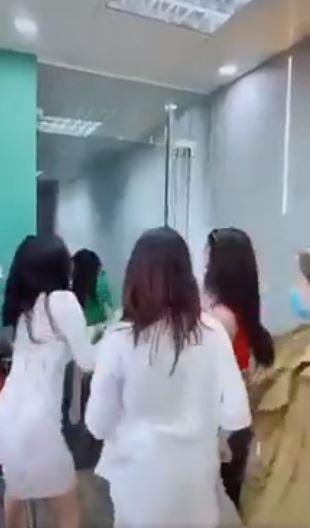 Riêng đến thành phố Đà Nẵng thì bị kỳ thị và đuổi ra khỏi phòng. Ảnh cắt từ clip.