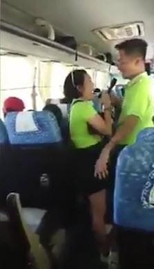 Khoảnh khắc những người bạn cũ vui vẻ ca hát trước khi tai nạn thương tâm xảy ra.