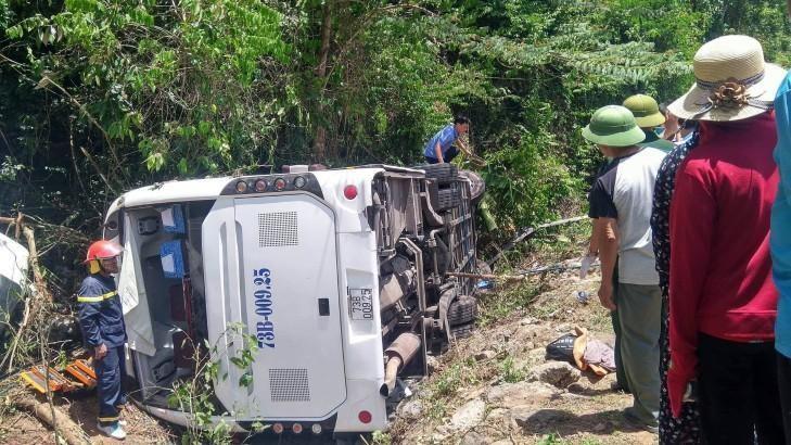 Hiện trường vụ xe khách 73B-009.25 bị lật