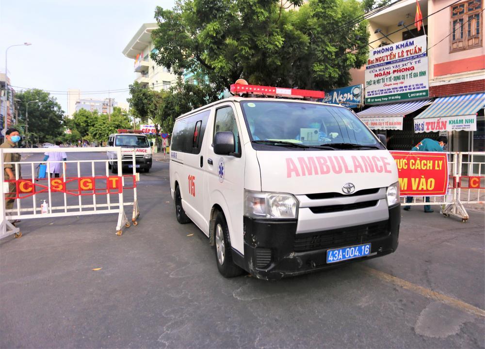 Chỉ có xe cấp cứu mới được ra vào khu vực cách ly.