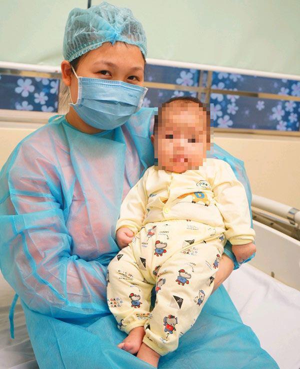 Mẹ của bé gái 3 tháng tuổi nở nụ cười trong ngày con được xuất viện sau khi được chữa khỏi COVID-19