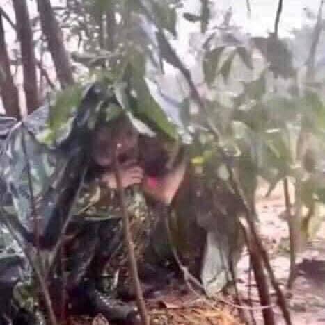Các chiến sĩ dùng tấm bạt nhỏ để che mưa. (Ảnh: D.N).