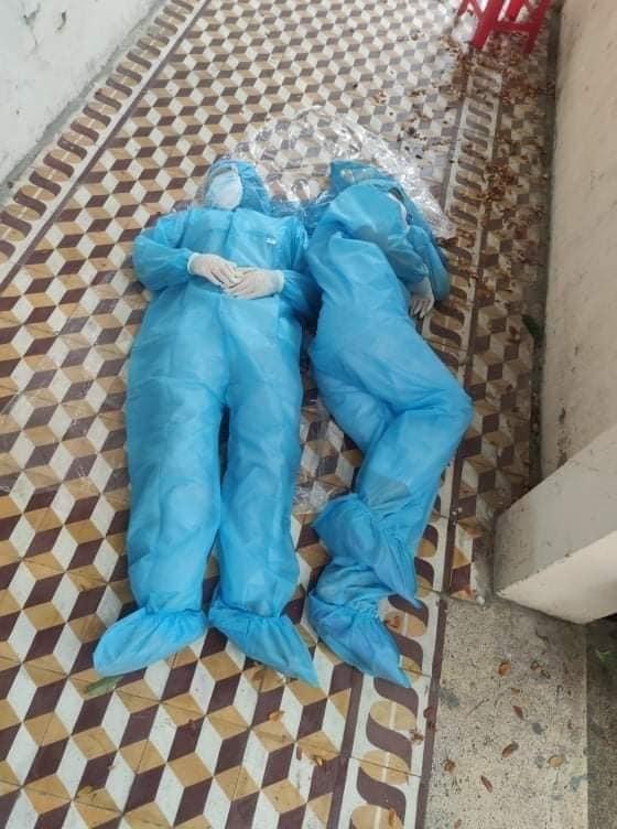 Họ nằm cả trên sàn... (Ảnh: GTG).