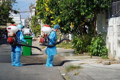 Cơ quan chức năng tỉnh Bình Thuận phun khử khuẩn phòng, chống dịch Covid - 19 trước đó.