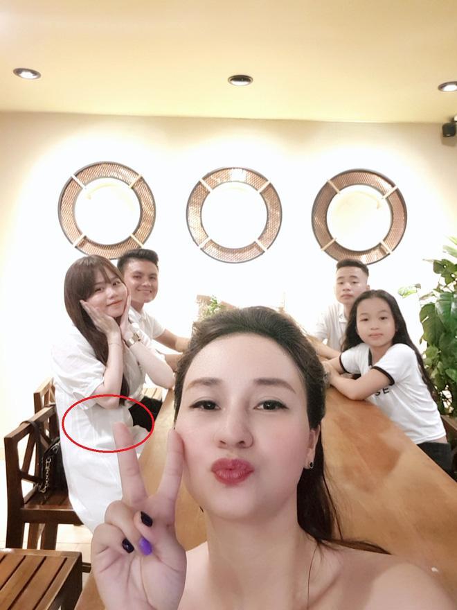 Vòng 2 của Huỳnh Anh cũng thường xuyên bị soi.
