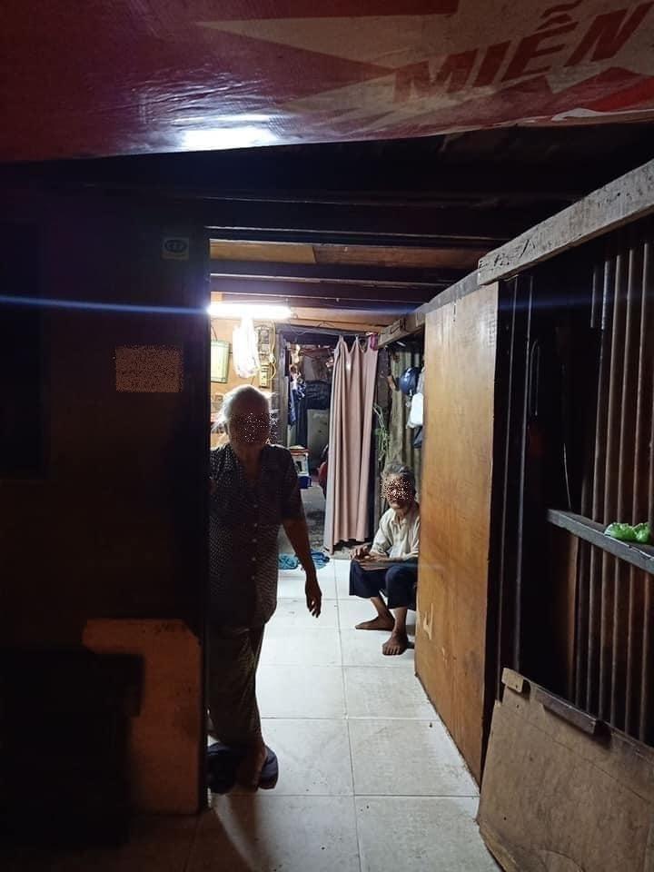 Hai vợ chồng cụ sống trong căn nhà tạm. (Ảnh: FB C.V.)