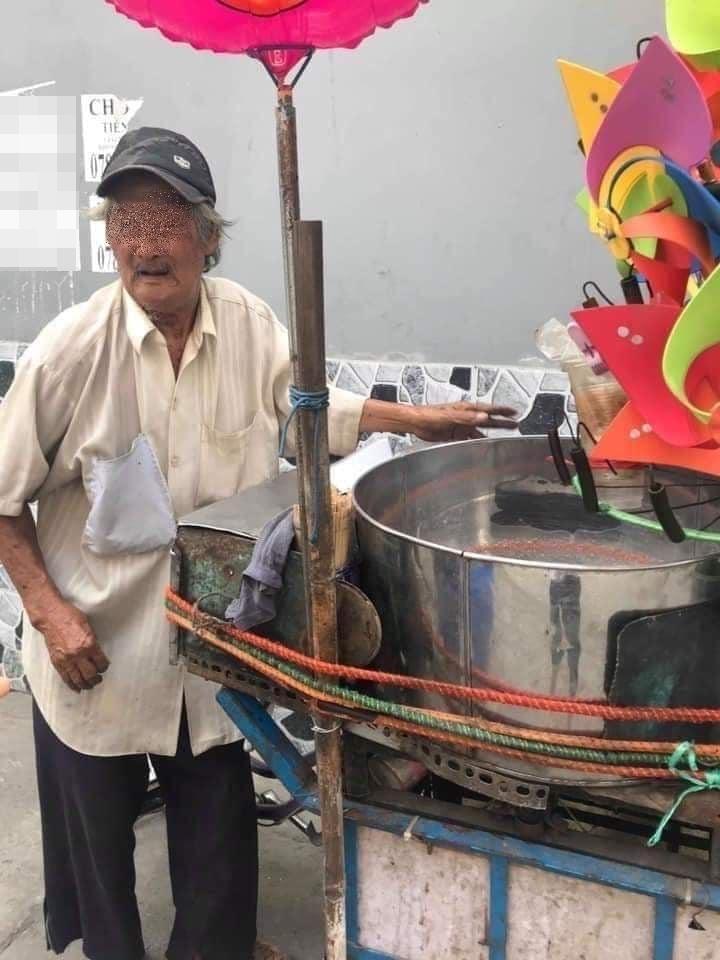 Cụ ông gần 80 tuổi bươn chải kiếm sống bằng nghề bán chong chóng. (Ảnh: FB C.V)