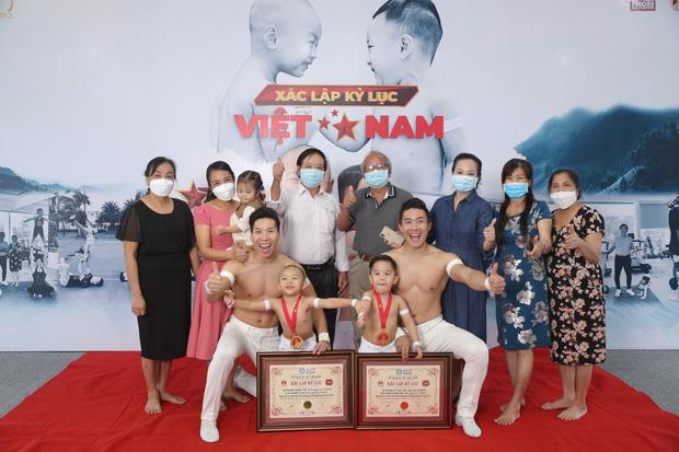 Gia đình có mặt đông đủ để chúc mừng thành tích đầu tiên của hai cậu bé. (Ảnh: FBNV)