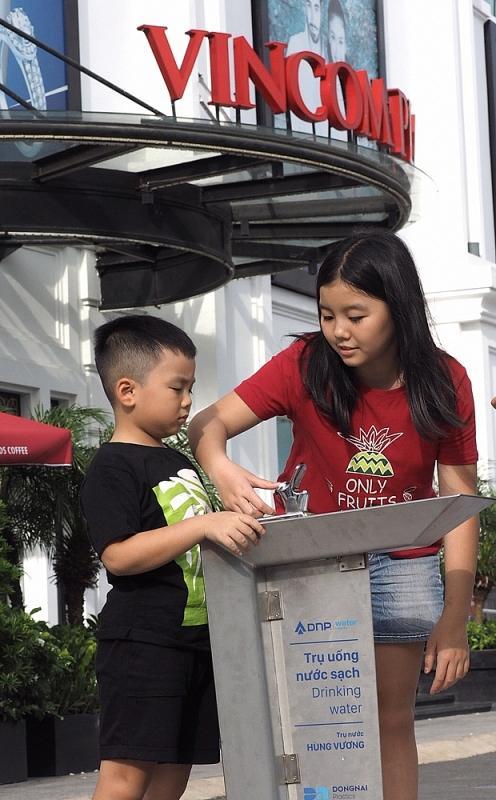 Một trụ nước được đặt ngay trước cửa trung tâm thương mại Vincom Plaza (thành phố Tân An, tỉnh Long An) - nơi có đông người dân và khách du lịch tham quan qua lại.