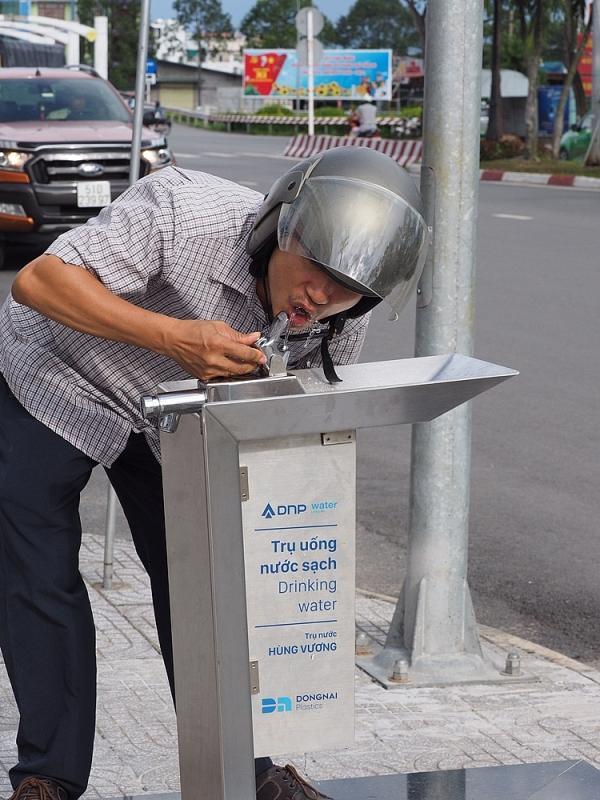 Người dân đi đường có thể dừng xe lại để uống nước trực tiếp rất tiện lợi, không cần sử dụng chai nhựa, cốc nhựa góp phần bảo vệ môi trường.