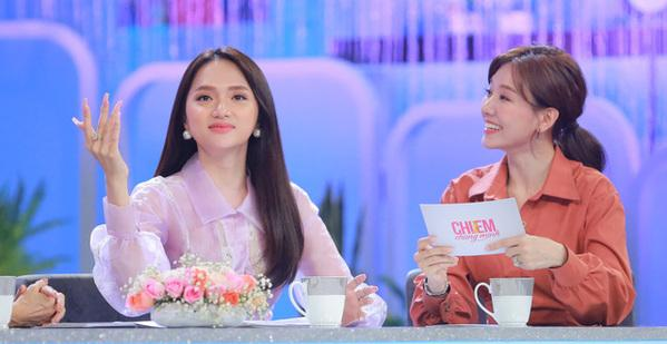 Hương Giang tự tin chia sẻ khi ngồi cùng đồng nghiệp trong các talkshow