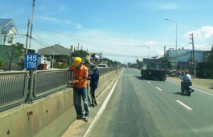 Nhiều vị trí mất tấm chống lóa trên QL1 qua Bình Thuận gây nguy hiểm cho lái xe (Trong ảnh công nhân đơn vị bảo trì lắp lại tấm chống lóa đoạn qua huyện Hàm Thuận Bắc)