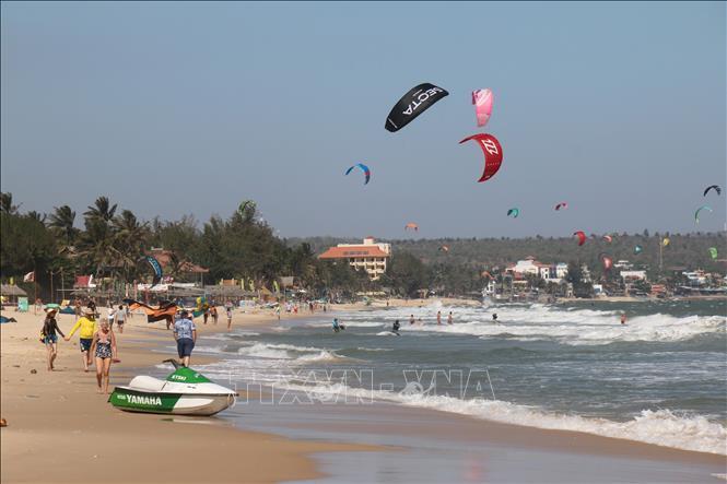 Biển Mũi Né luôn thu hút đông đảo du khách đến nghỉ dưỡng và chơi các môn thể thao trên biển. Ảnh: Hồng Hiếu/TTXVN