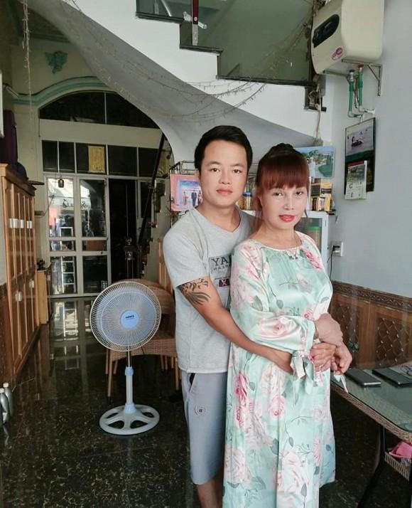 Thời gian qua chị Lê Thị Thu Sao (63 tuổi) và anh Triệu Hoa Cương (28 tuổi) đến từ Cao Bằng liên tục hâm nóng mạng xã hội bằng những hành động cực sốc.