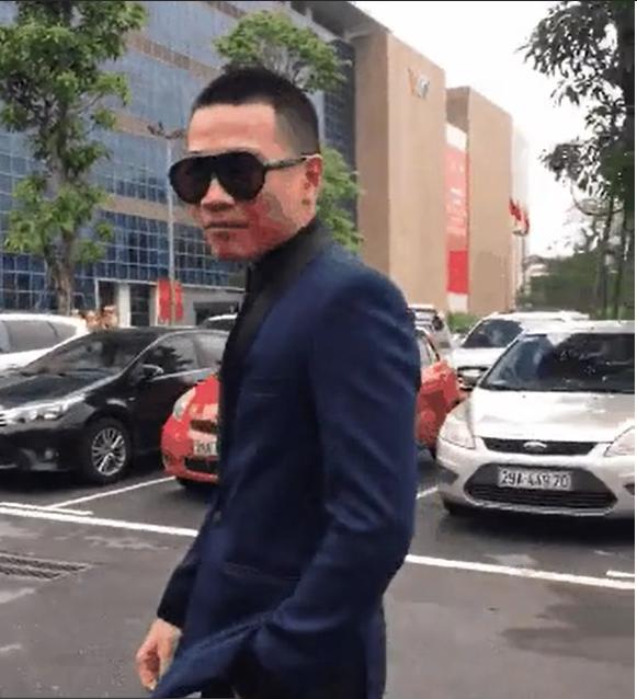 Nói là làm, Wowy Nguyễn diện vest bảnh bao, tới tận Đài Truyền Hình VTV tại Hà Nội để tìm bằng được MC Lại Văn Sâm