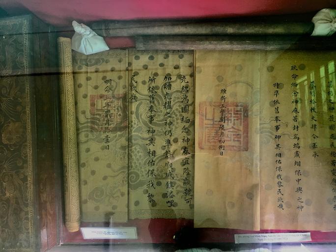 Sắc phong lưu giữ bút tích của vua triều Nguyễn.