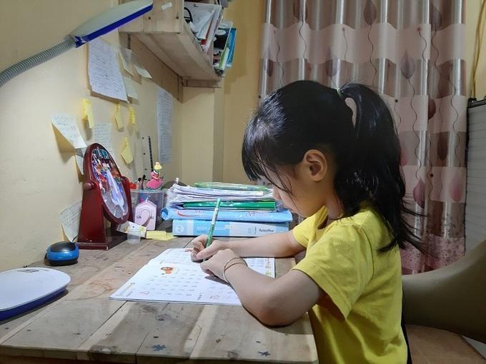Các chuyên gia cho rằng, để con tự giác học bài tại nhà khi vào lớp Một, phụ huynh nên rèn cho trẻ thói quen ngồi vào bàn học mỗi tối từ mẫu giáo, không đợi