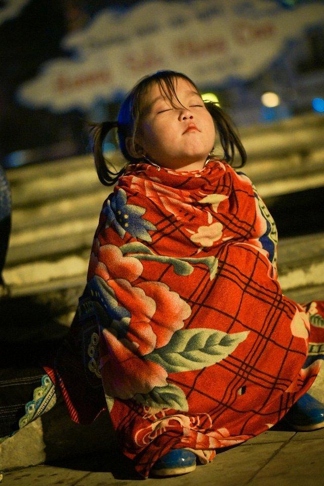 Những giấc ngủ chập chờn của các em cũng trở nên quen thuộc với du khách (ảnh intenet)