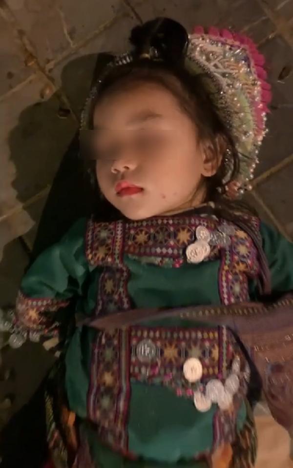 Giấc ngủ ngon lành của cô bé nhưng sao nhói lòng quá!