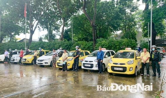 Nhóm tài xế và các xe taxi liên quan được đưa về đồn công an để làm việc (Ảnh: CTV)