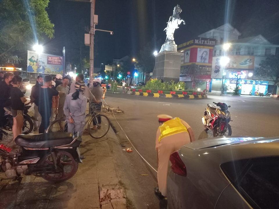 Hiện trường vụ va chạm giao thông khiến người đàn ông đi xe đạp tử vong. Ảnh: Hoàng Hưng.