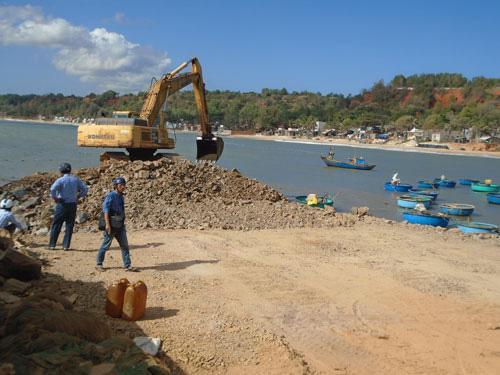Thi công kè biển đoạn giáp xã Tiến Thành với phường Đức Long, TP Phan Thiết