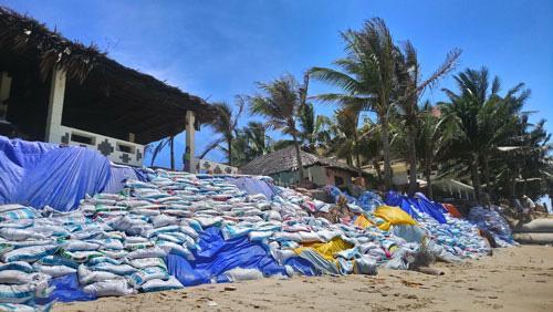 Một góc khu du lịch tại phường Hàm Tiến, TP Phan Thiết bị sóng biển gây sạt lở