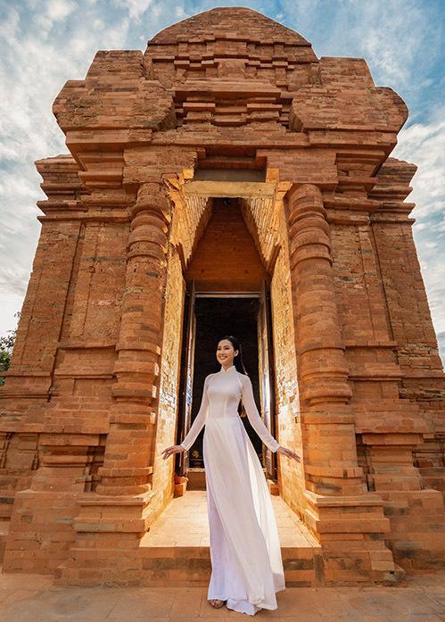 Tháp Chàm - dấu tích của vương quốc Chăm Pa xưa, trên đồi Bà Nài, cách thành phố Phan Thiết khoảng 7 km là địa điểm tham quan yêu thích của nhiều du khách khi đến đây.