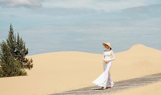Đoàn Hồng Trang thăm đồi cát Mũi Né.