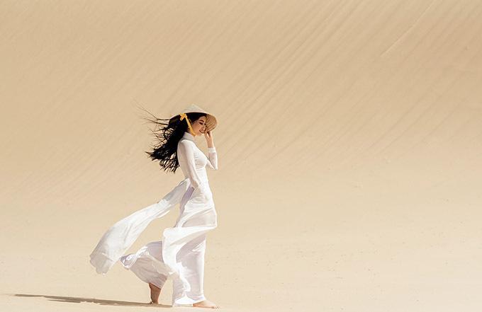 Hoa khôi miền Trung khoe vẻ duyên dáng, thướt tha khi chân trần sải bước trên cát.