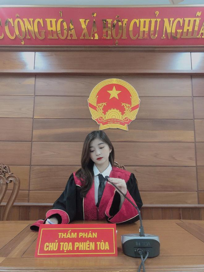 Nữ sinh gây thương nhớ trong trang phục Thẩm phán