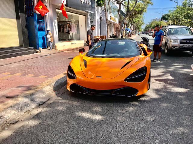 Một đại gia giấu mặt tại Vũng Tàu vừa tậu về chiếc McLaren 720S Spider màu cam. Xe đã hoàn thành các thủ tục đăng kiểm và ra biển số. Trước đó, một đại gia khác sinh sống tại đây cũng đã thanh lý chiếc McLaren 720S độ Novitec N-Largo.