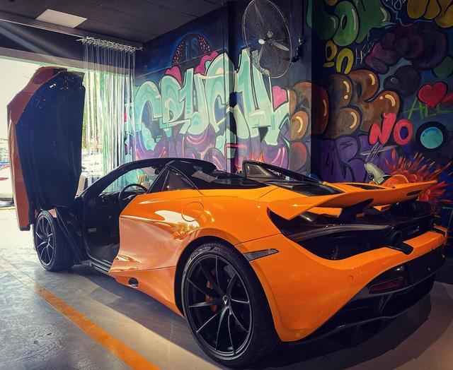 Về ngoại thất, siêu xe mui trần này sở hữu lớp sơn màu cam có tên Ventura Orange. Màu sơn này đã xuất hiện trên hai chiếc McLaren 720S Coupe hiện đang có mặt tại Việt Nam, trong đó có một chiếc thuộc sở hữu của doanh nhân Nguyễn Quốc Cường.