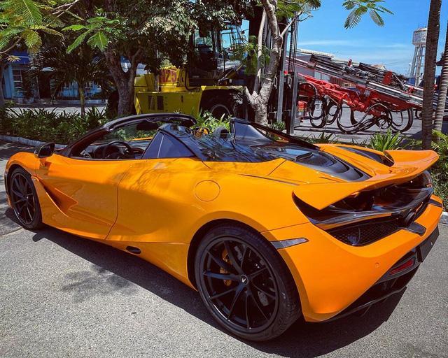 Ngoài ra, chiếc McLaren 720S Spider mới nhất cập bến Việt Nam cũng mang màu sơn cam tương tự và thuộc sở hữu của ca sĩ Đoàn Di Băng.