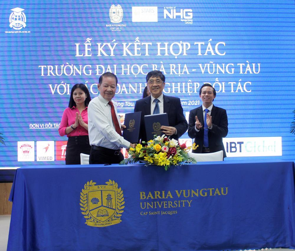 Lãnh đạo Trường ĐH Bà Rịa - Vũng Tàu (bên phải) ký kết hợp tác với Hiệp hội DN vừa và nhỏ tỉnh BR-VT.