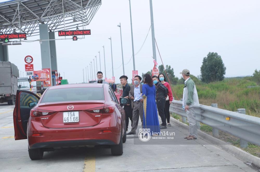 Đoàn đón dâu dừng xe trước trạm BOT, đành hoãn đón dâu do dịch Covid-19 tại Quảng Ninh