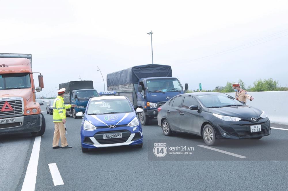 Lực lượng CSGT nhắc nhở toàn bộ phương tiện lưu thông trên cao tốc trước khi đi vào vùng dịch