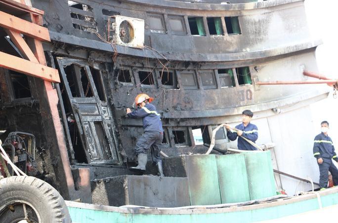Tàu cháy khi đang neo đậu để sửa chữa