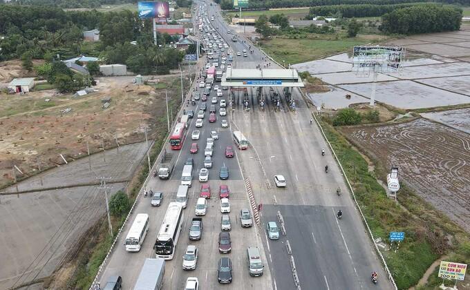 Quốc lộ 51 đi qua trạm thu phí T2, xã Long Phước, huyện Long Thành thường xuyên kẹt xe, đặc biệt những ngày cuối tuần, dịp lễ Tết. Ảnh: Phước Tuấn