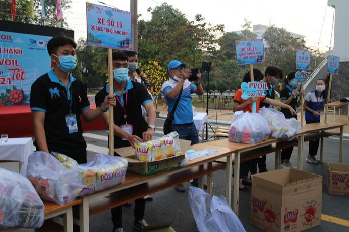 Ban tổ chức chuẩn bị cơm ăn, nước uống cho tất cả sinh viên về Tết