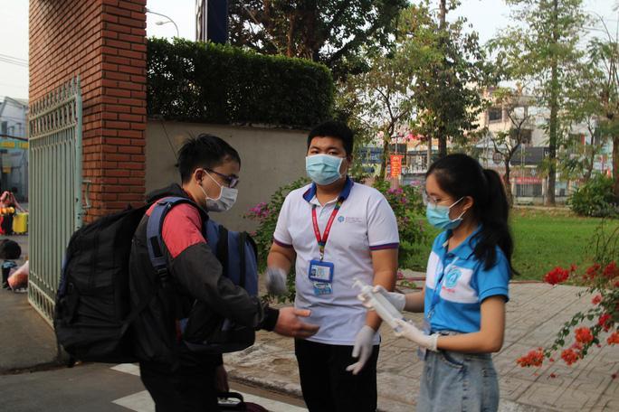 Sinh viên khử khuẩn theo đúng quy định phòng chống dịch