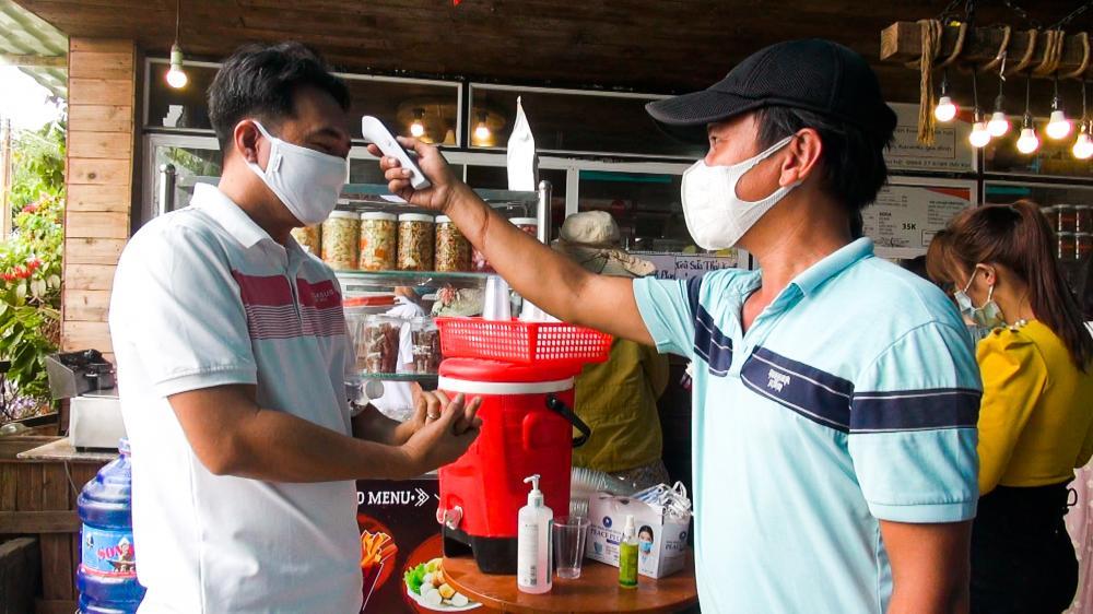 Du khách đến Café Đồi Cừu vui chơi, chụp ảnh được nhân viên điểm du lịch còn phát khẩu trang miễn phí, sát khuẩn, đo thân nhiệt…