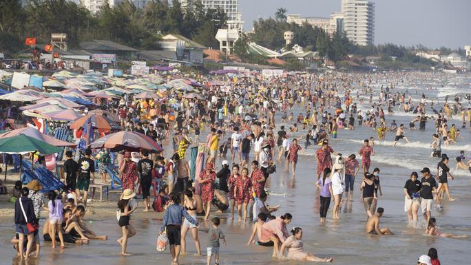 Lượng khách đã giảm mạnh, nhưng biển Vũng Tàu vẫn đông trong chiều mùng 4 Tết