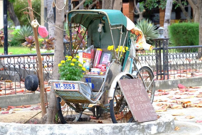 Bàn thờ ông xích lô bên bờ biễn Nha Trang gây xúc động cho nhiều người.