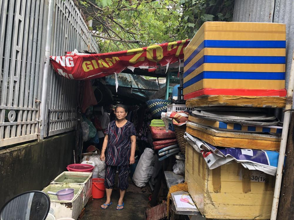 Bà Nguyễn Thị Phước Khánh (ấp Phước Tân II, xã Tân Hưng, TP. Bà Rịa) bên căn nhà đang tranh chấp.