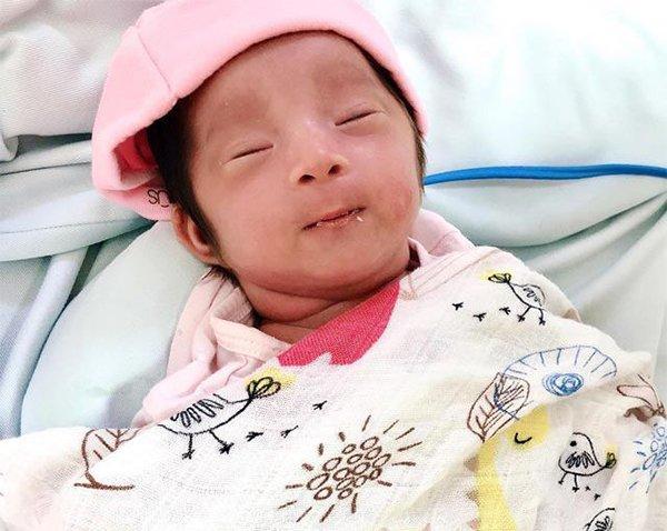 Hình ảnh em bé Cát An sau khi đã xuất viện về nhà.
