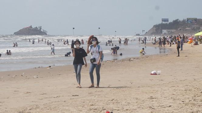 Và cả đi dạo trên bãi biển vắng vẻ, họ cũng đeo khẩu trang.